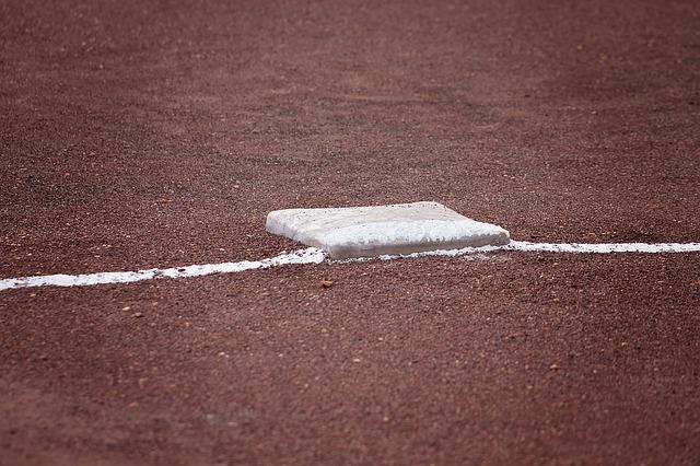 ファーストはどこまで打球を追うべきか