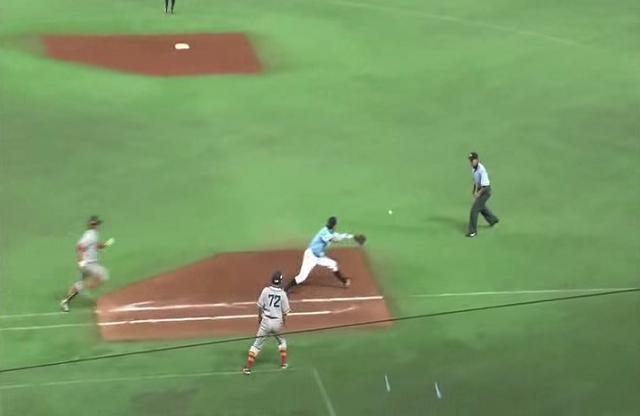 一塁手が内野安打になるかもしれない打球をアウトにできる技術