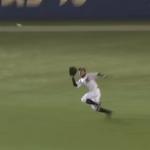 グローブを出しながら外野手フライを追ってはいけない理由